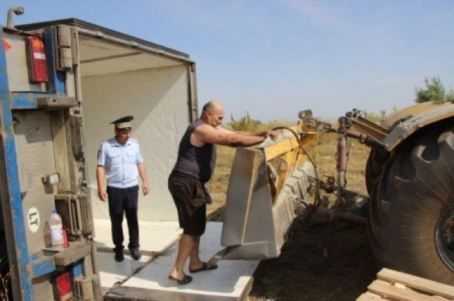 В Соль-Илецком округе водитель из Литвы несколько дней ждал трактор и кран.