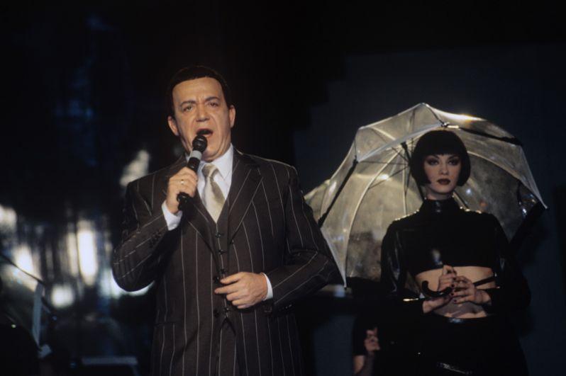 Российский эстрадный певец, народный артист СССР Иосиф Давыдович Кобзон на сцене. 1999 год.