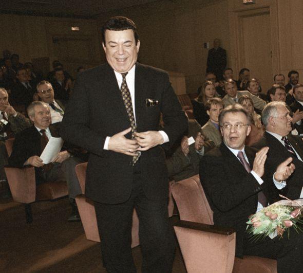 Певец Иосиф Кобзон (в центре), председатель Госкомспорта РФ Вячеслав Фетисов (второй справа) и детский врач Леонид Рошаль (справа) в зале на Всероссийском конкурсе журналистов «Золотой Гонг – 2002» в качестве лауреатов. 2003 год.