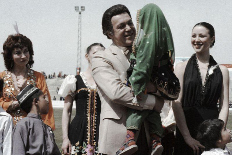 Народный артист РСФСР, певец Иосиф Кобзон выступает на стадионе в Кабуле. 1985 год.