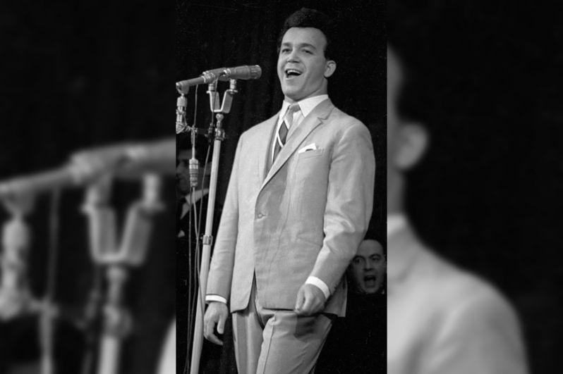 Певец Иосиф Кобзон во время выступления. 1966 год.