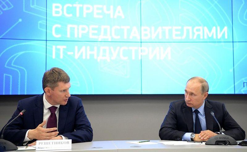 Вместе с Максимом Решетниковым Президент слушал рассказы пермских специалистов.