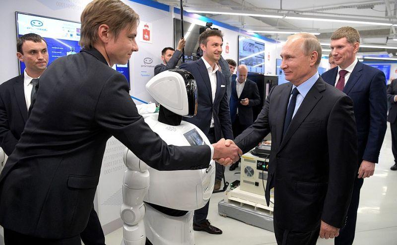 На выставке Президенту показали, в частности, музейные мультимедийные экспонаты и робота, который может заполнять документы и принимать платежи.