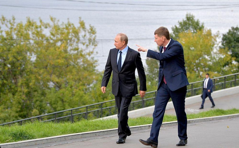 Первым делом Владимир Путин прогулялся по набережной.