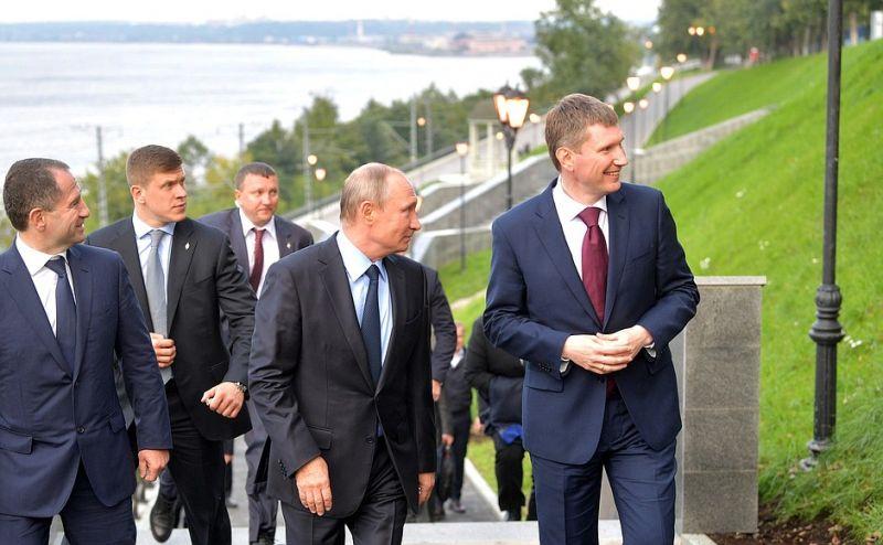 Вместе с Президентом по Пермской набережной прогулялся полпред  Михаил Бабич.