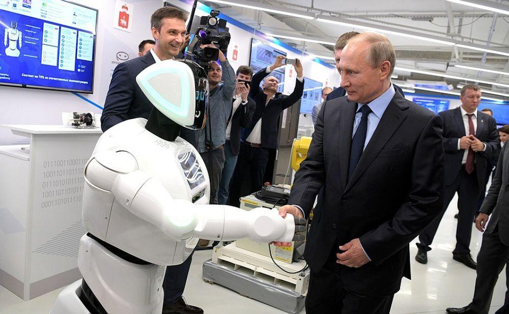 Робот узнал президента и протянул ему руку.