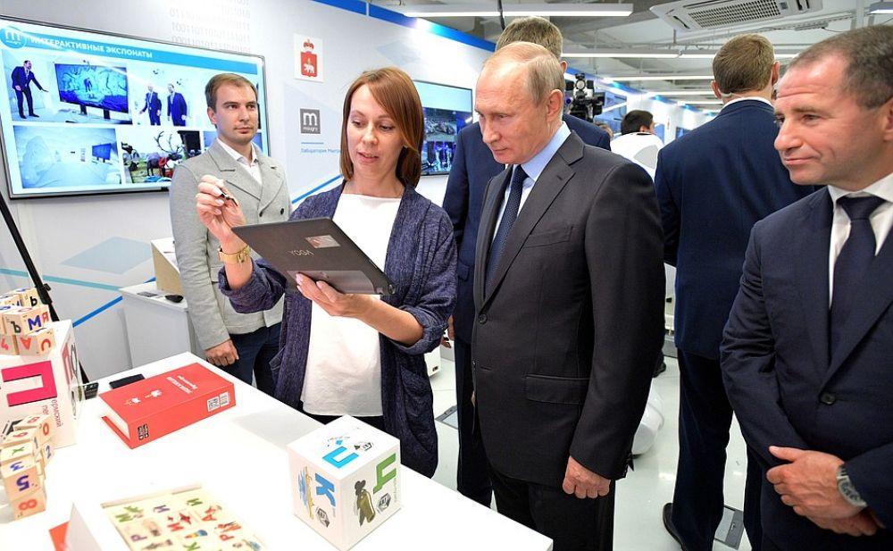 Главе государства рассказали об идее публичного вайфая, который уже работает в центре Москвы и Санкт-Петербурга, а также о разработанном в Перми программном обеспечении для анализа госзакупок и системе «блокчейн» для организации тендеров.