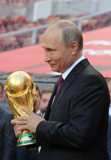 Президент РФВладимир Путин нацеремонии старта тура Кубка чемпионата ФИФА-2018на открывшейся Большой спортивной арене вовремя посещения олимпийского комплекса «Лужники» вМоскве.