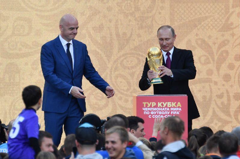 Президент РФВладимир Путин дал старт туру Кубка чемпионата ФИФА-2018на открывшейся Большой спортивной арене вовремя посещения олимпийского комплекса «Лужники» вМоскве. Слева— президент Международной федерации футбола (ФИФА) Джанни Инфантино.