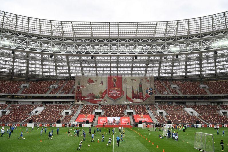 Дети играют вфутбол перед началом церемонии старта тура кубка чемпионата мира 2018 пофутболу волимпийском комплексе «Лужники» вМоскве.