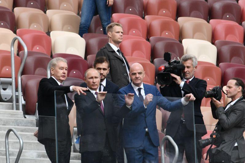 Сергей Собянин, Владимир Путин и Джанни Инфантино во время посещения Большой спортивной арены олимпийского комплекса «Лужники».