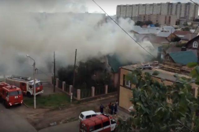 В Оренбурге пожарные больше 3 часов тушили загоревшийся частный дом.