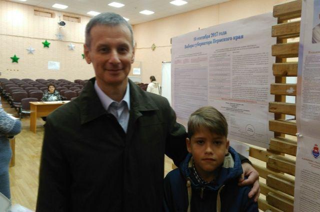 Кандидат доверил сыну опустить бюллетень в КОИБ.