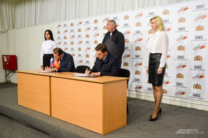 Глава уральского региона Евгений Куйвашев и руководитель корпорации «Уралвагонзавод» Александр Потапов подписывают соглашение о сотрудничестве на производство и поставку коммунальной техники.