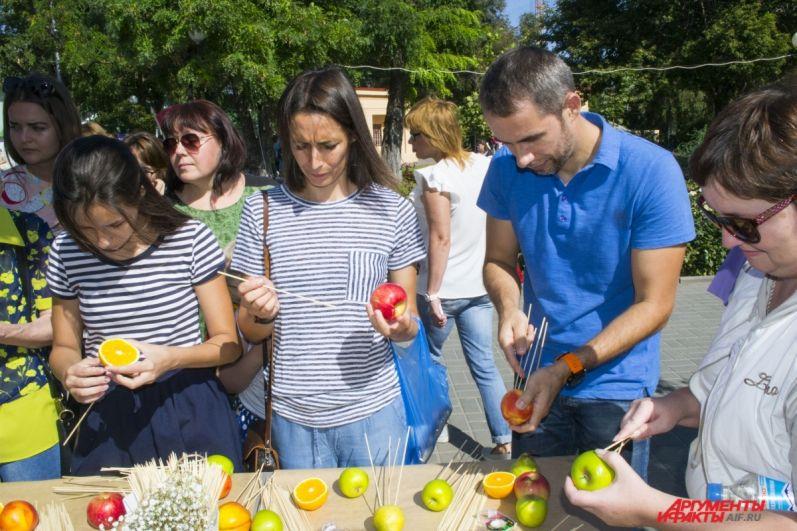 Одна из множества площадок фестиваля - площадка с мастер-классом по изготовлению фруктового букета.