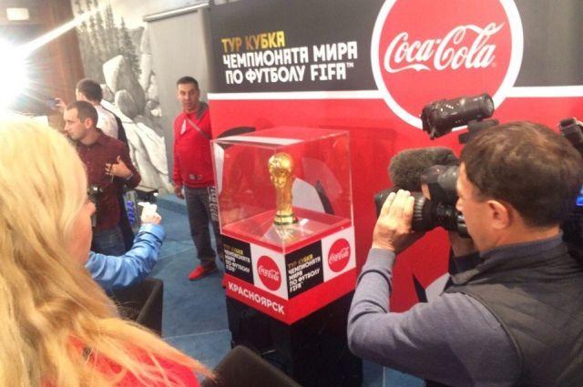 Чиновники и молодые футболисты встретили кубок чемпионата мира вОмске