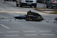 Мотоцикл на повороте врезался в машину
