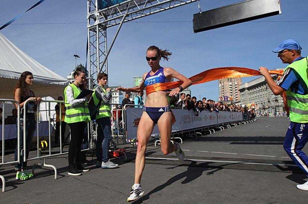 Среди женщин на самой длинной дистанцции уже третий год подряд побеждает Елена Седова. Ее результат - 1 час 12 минут и 18 секунд.