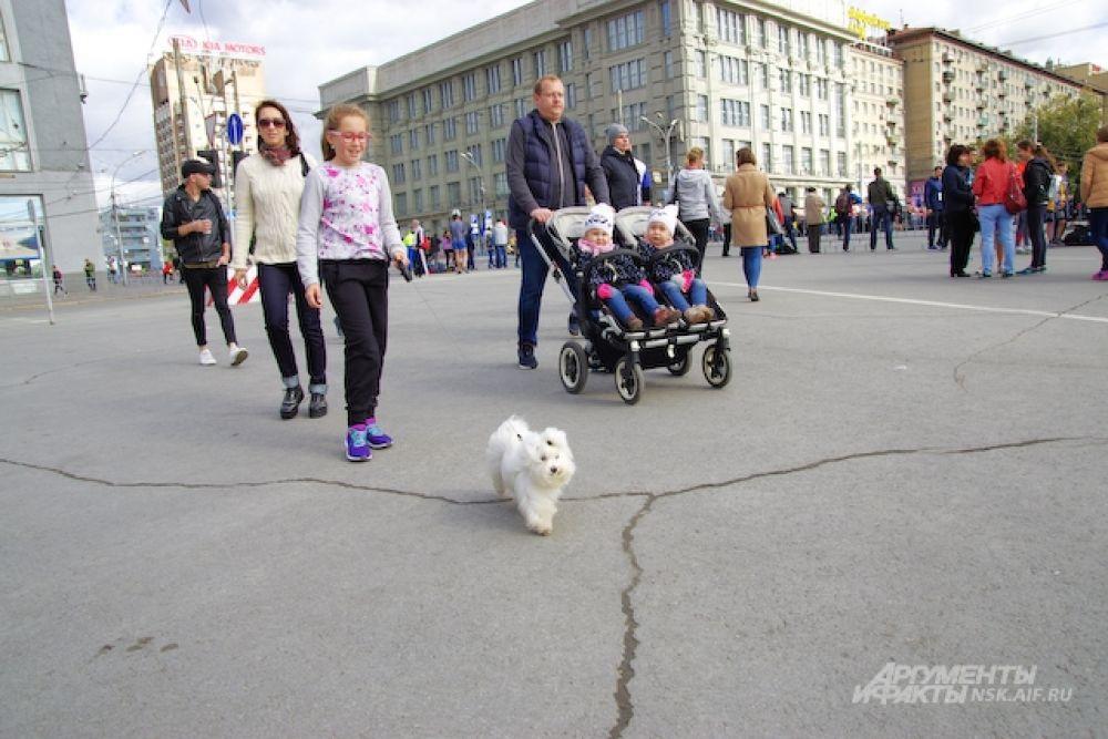 Тем временем на площади Ленина собирались болельщики и взрослые участники соревнований.