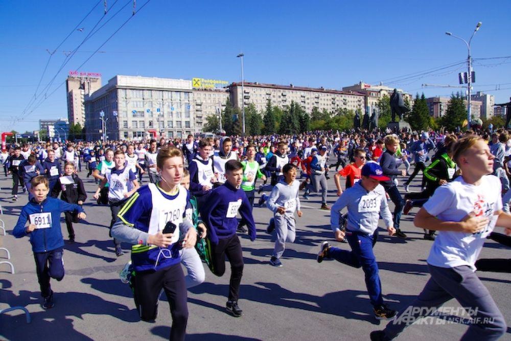 Самую длинную дистанцию – 21 км по улицам города бежали участники полумарафона Раевича. В этом году он собрал рекордное число участников - 1500 человек, это почти на 400 человек больше, чем прошлой осенью.