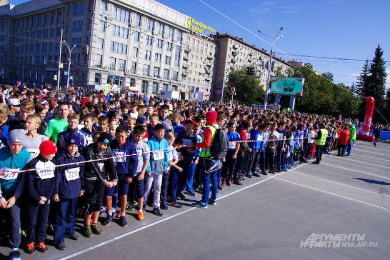 Старт соревнований был в самом центре города. С самого утра Красный проспект был перекрыт, автобусы направили в объезд по соседним улицам.