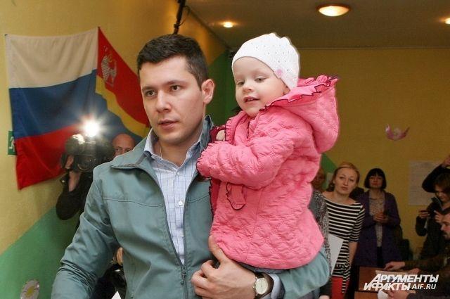 Антон Алиханов с дочкой на избирательном участке.
