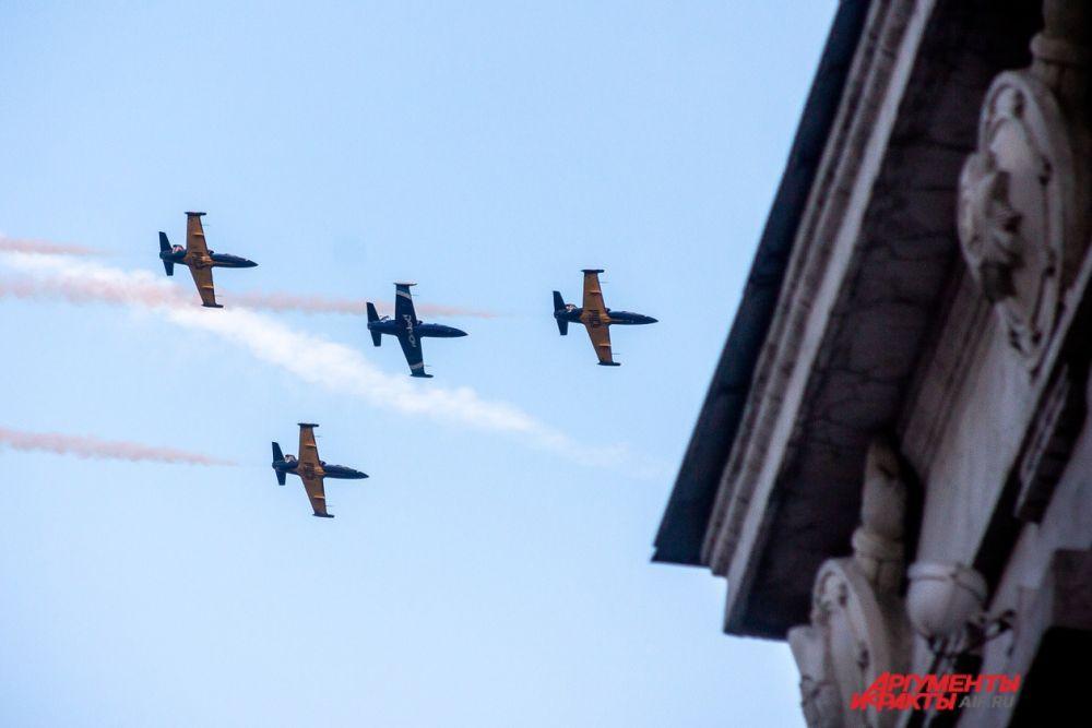 Выступление пилотажной группы «Регион» над Центральной набережной города.