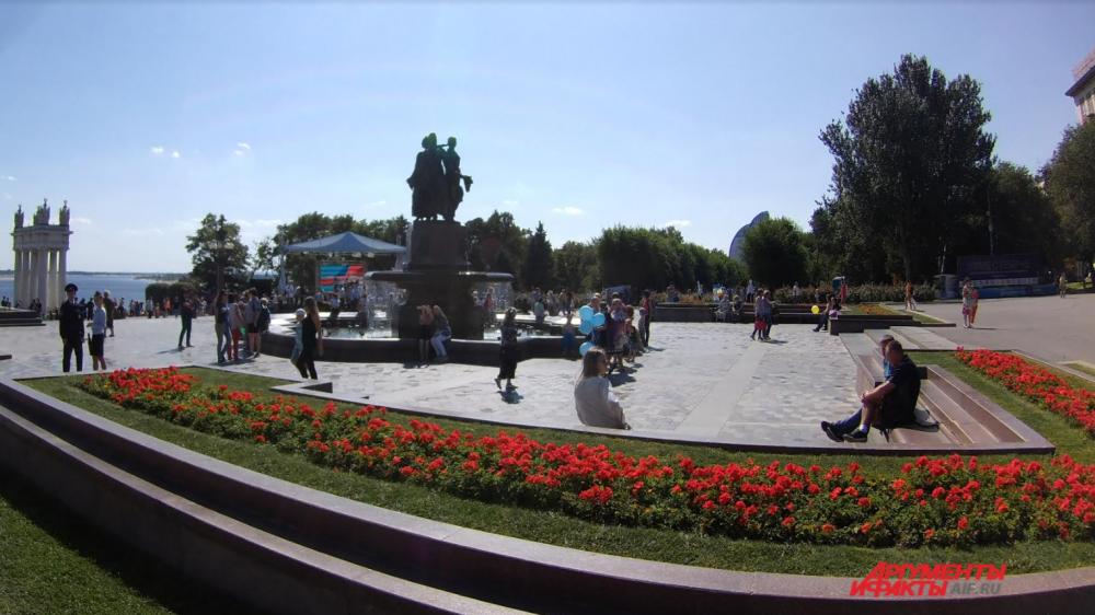 Начало праздничного дня на Центральной набережной.