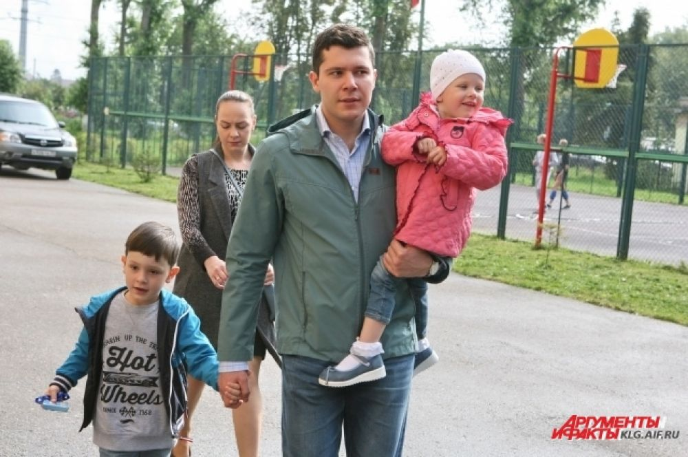 Победивший на выборах Антон Алиханов пришел на участок с семьей - женой, сыном и дочкой.
