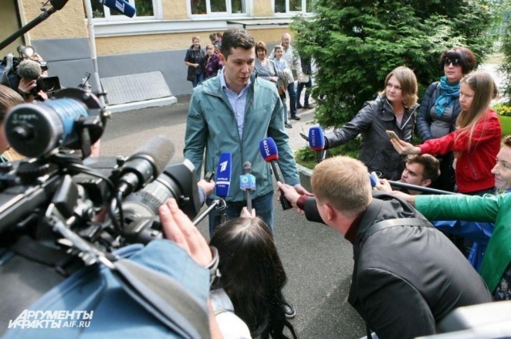 На участке, где голосовал врио губернатора Антон Алиханов, собрались десятки журналистов.