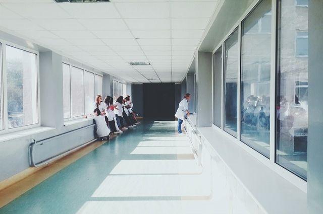 Из тюменской больницы сбежал мужчина в наручниках и со спинкой от кровати