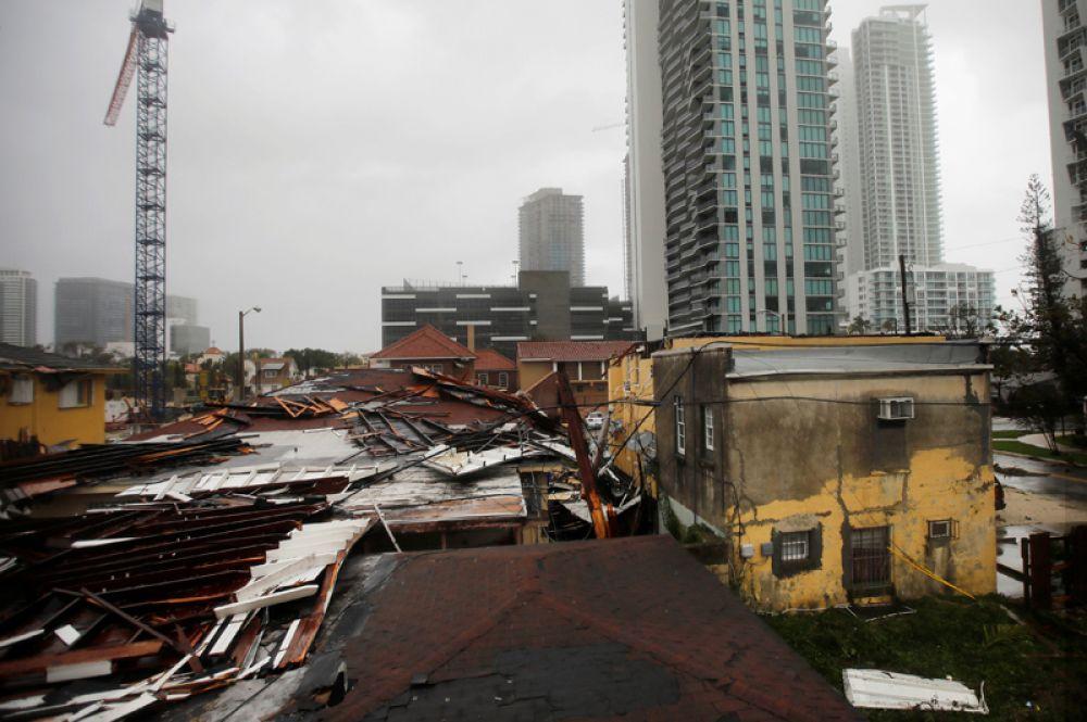 Разрушенные крыши в жилых районах Майами.