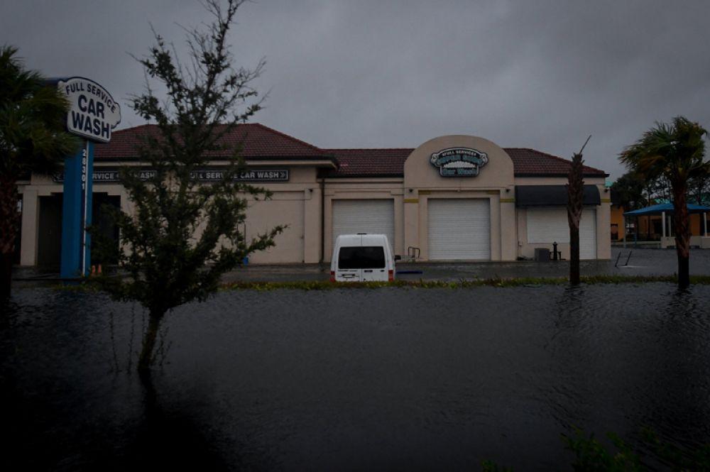 Затопленная автомойка в городе Бонита-Спрингс во Флориде.