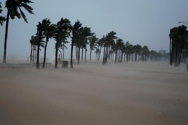 Пляж в курортном городе Форт-Лодердейл во Флориде во время урагана.