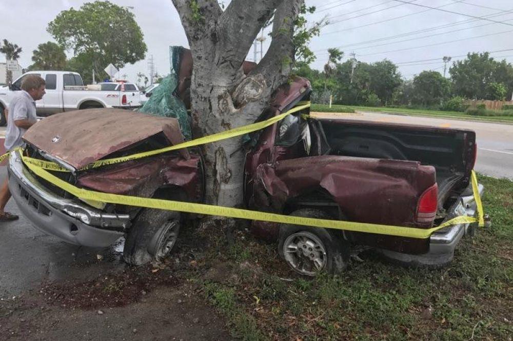 Во Флориде из-за урагана погиб человек, после того как его пикап врезался в дерево.