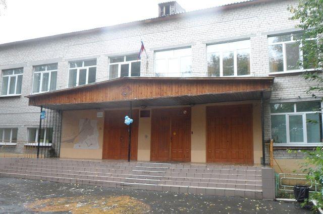 В школе №17 тюменец прокрался в раздевалку к девушкам и украл все деньги