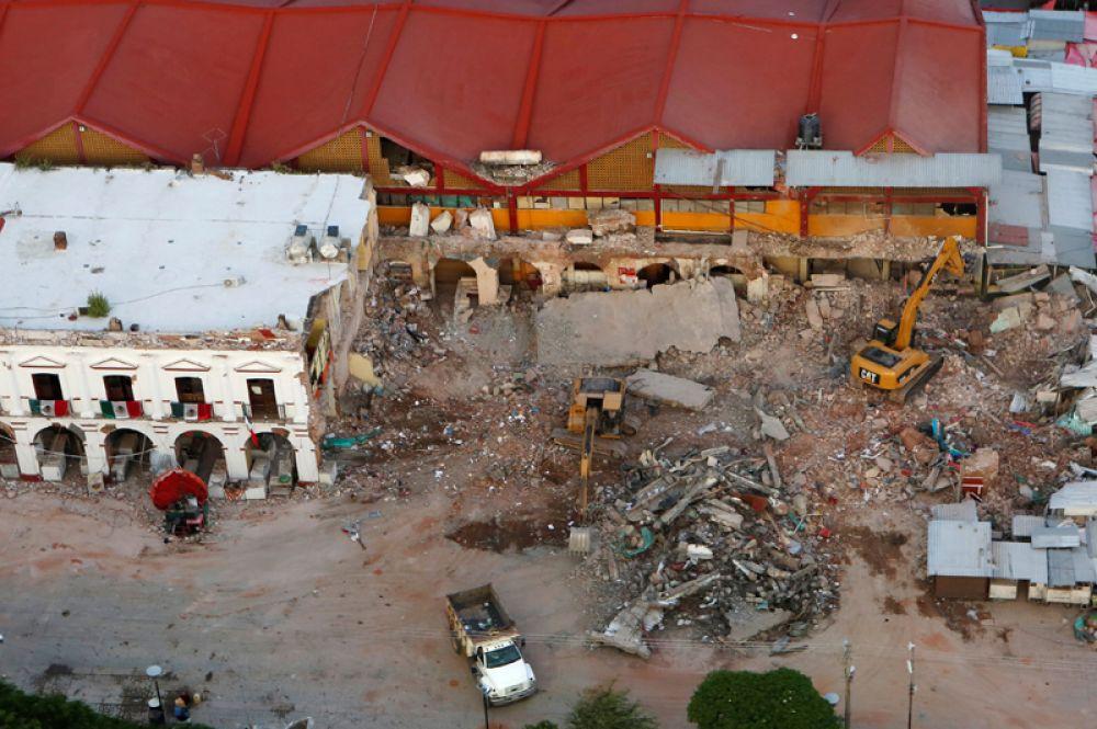 Муниципальное здание, поврежденное в результате землетрясения.