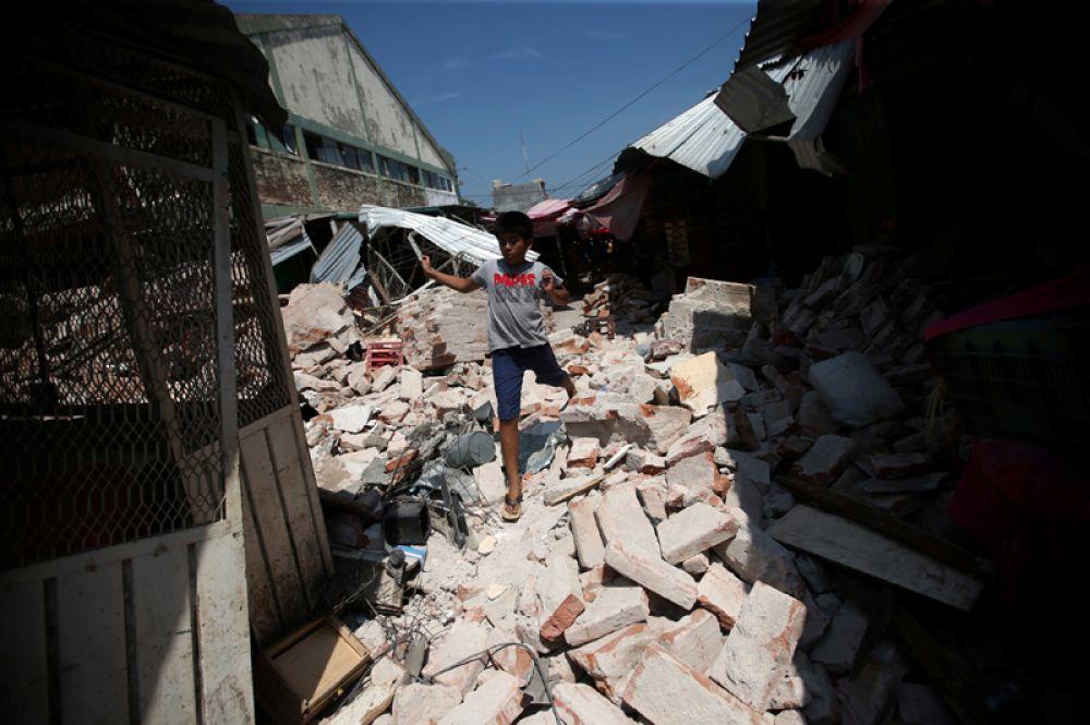 Мальчик на руинах здания в городе Хучитан.