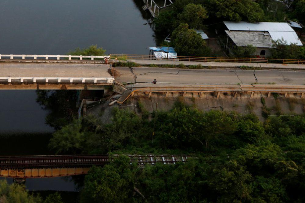 Мост, поврежденный в результате землетрясения, на южном побережье Мексики.