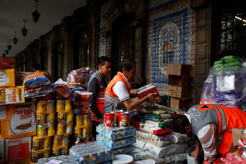 Добровольцы работают в центре помощи людям, пострадавшим от землетрясения.