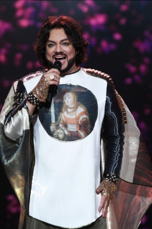 Певец менял концертные костюмы, в этом он напоминает крестоносца.