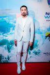 Дима Билан весь в белом.
