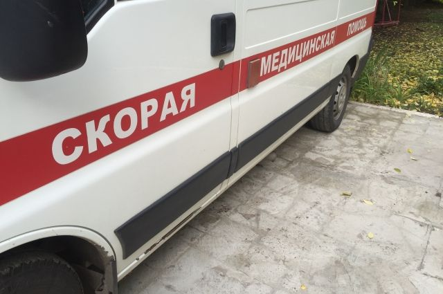 Автофургон задним ходом скатился под уклон и задавил пациента интерната. От полученных травм мужчина скончался.