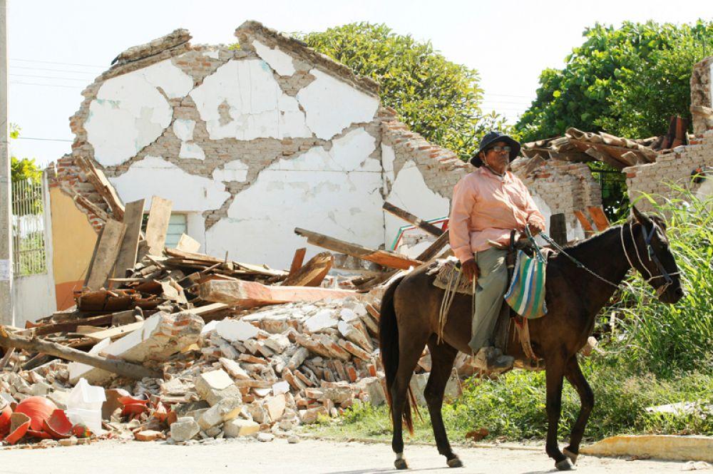 Мужчина рядом с разрушенным домом в городе Уньон Идальго.