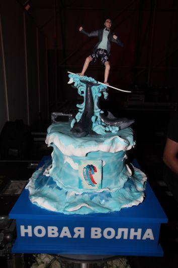 Торт, созданный специально для Андрея Малахова, его изображает фигурка на вершине лакомства.