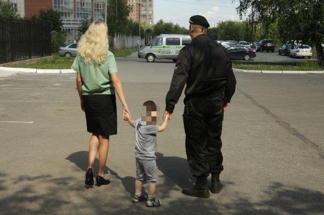 Судебные приставы вернули мальчика маме.