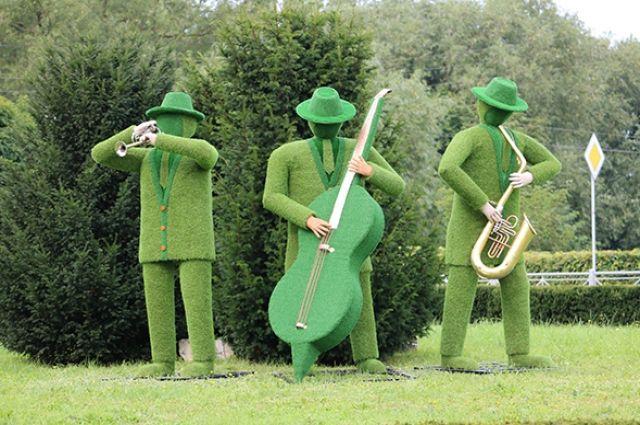 Въезд в Светлогорск украсили скульптурами из газона.