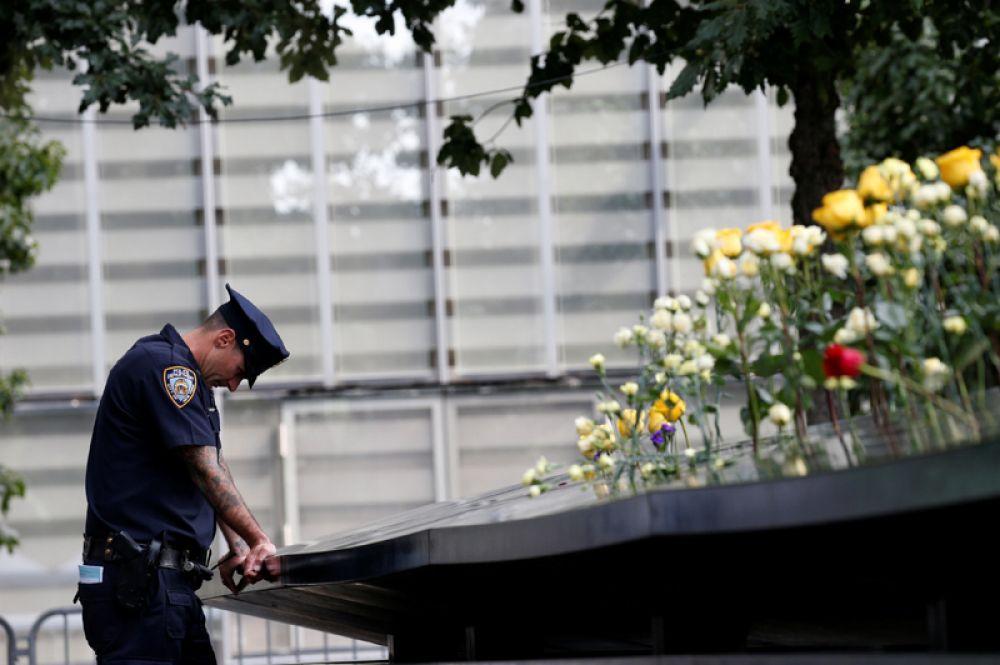 Сотрудник нью-йоркской полиции в Национальном мемориале и музее 11 сентября.