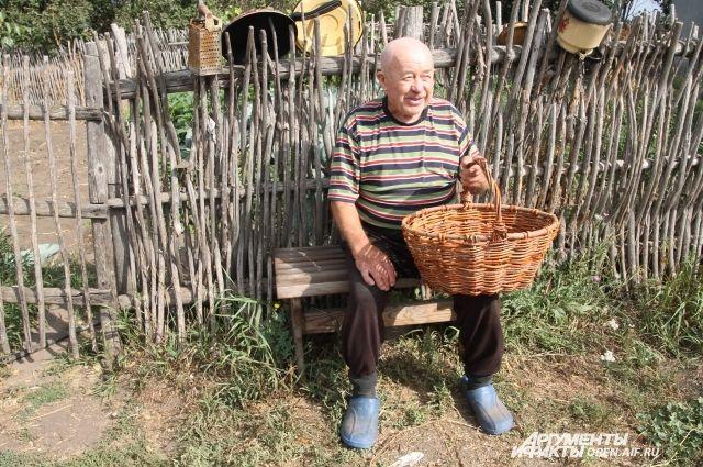 Дедушка Женя доволен тем, как живет в родном селе, хоть и один.