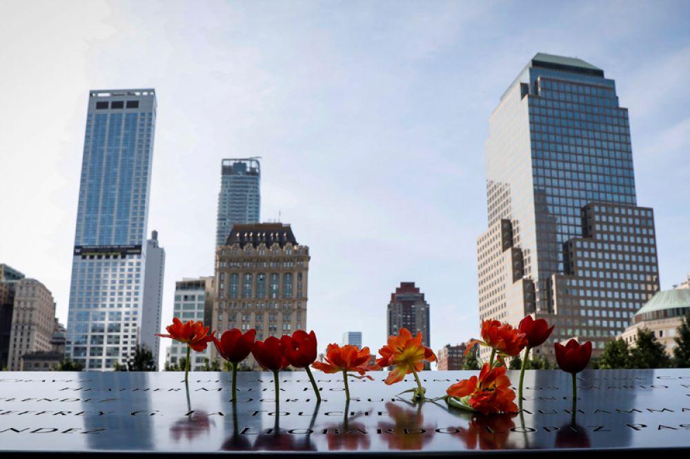 Цветы рядом с именами жертв в Национальном мемориале и музее 11 сентября.